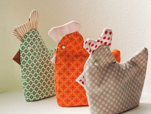 Galinha de tecido para decorar cozinha é fofa e também é ótima opção de presente (Foto: bynumber19.com)