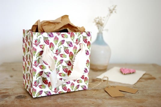 Esta ideia simples para fazer uma bolsinha de papel garante mais charme à sua vida (Foto: beyondbeyond.co.uk)