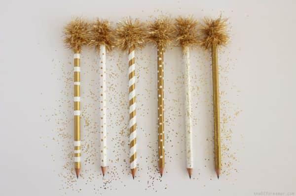 Decorar lápis de escrever é muito fácil e você pode fazer a decoração com o estilo que você quiser (Foto: thediydreamer.com)