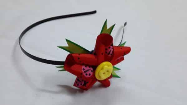 Com este arquinho com flor de fita a sua menina vai parecer uma princesa (Foto: createsie.com)