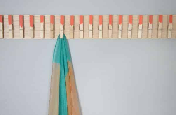 Seu closet vai ficar lindo e organizado com este inusitado porta-cachecol (Foto: diys.com)