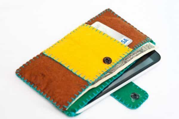 Faça este porta celular e dinheiro pode ser feito com couro ou com feltro, de acordo com a sua preferência (Foto: inspiringhow.com)