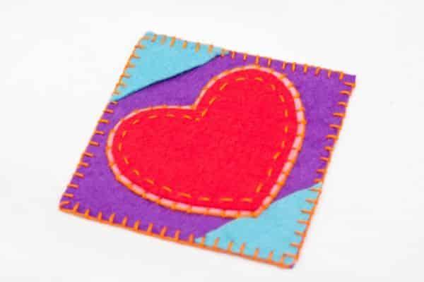 Porta-copos com coração de feltro é fofo e ótima opção de presente (Foto: inspiringhow.com)