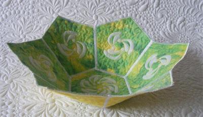 Faça esta tigela de tecido para também guardar as suas bijoux pequenas (Foto: cadouri-din-inima.blogspot.com.br)