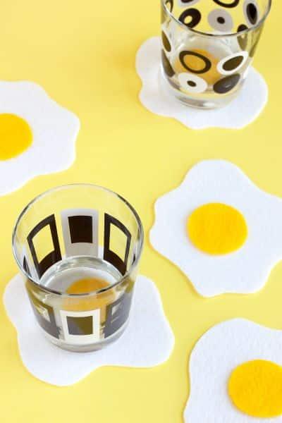 Porta-copos divertido em formato de ovo frito faz o maior sucesso onde aparece (Foto: paintthegownred.com)