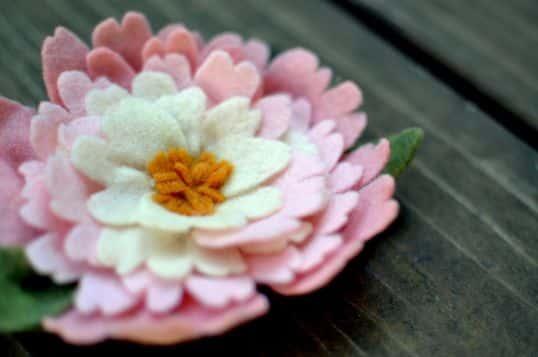 Peônias de feltro são lindas e podem enfeita o que você quiser (Foto: skwuns.wordpress.com)