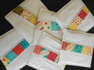 Porta-copos de retalhos de tecido pode ter a combinação de cores e estampas de sua preferência (Foto: frivolousnecessity.blogspot.co.uk)