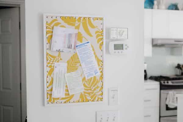 Quadro porta-recados pode ter o tecido que você desejar (Foto: beachhouseinthecity.blogspot.com.br)