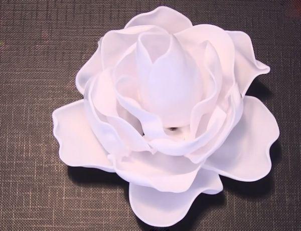 Estas rosas com colheres de plástico pode decorar qualquer cantinho de seu lar ou de sua festa (Foto: diyready.com)