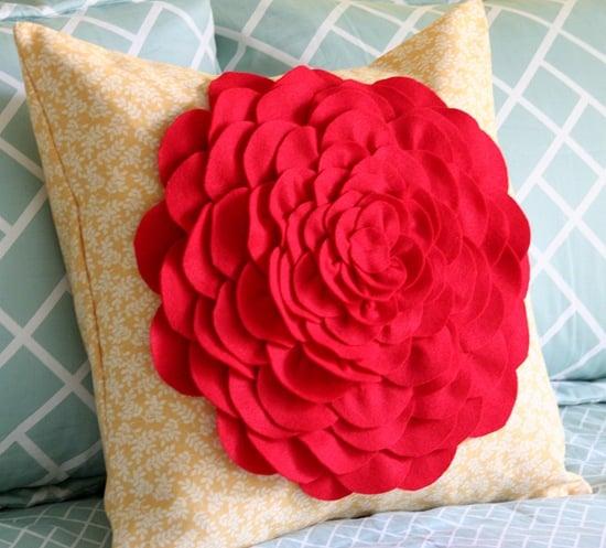 Comece já a decorar uma almofada com rosa de feltro (Foto: vanessachristenson.com)