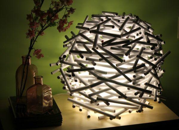 Para decorar uma luminária com jornal você não terá muito trabalho (Foto: marrietta.ru)