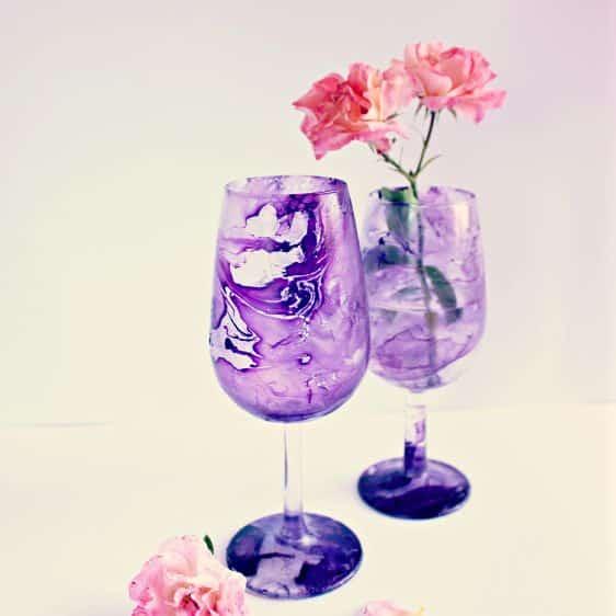 Decorar uma taça de vidro com efeito mármore além de fácil é também bem divertido (Foto: guidecentr.al)
