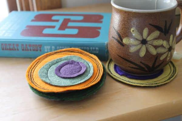 É muito fácil fazer este porta-copos de feltro colorido (Foto: dosmallthingswithlove.com)