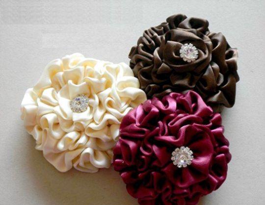 Estas flores de cetim para fazer em casa podem decorar qualquer peça (Foto: simplytale.com)
