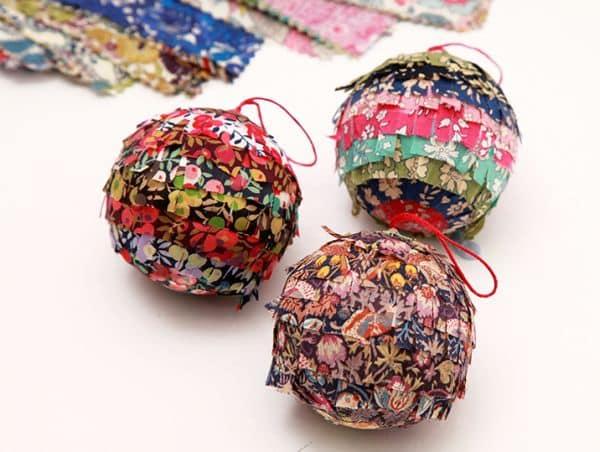 Além de linda esta bola de Natal com retalhos de tecido é também sustentável (Foto: liberty.co.uk)