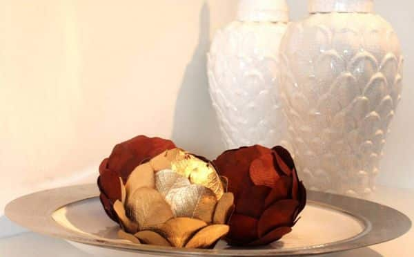 Este centro de mesa com folhas secas é sustentável e decora com primor (Foto: mundodecorado.blog.br)