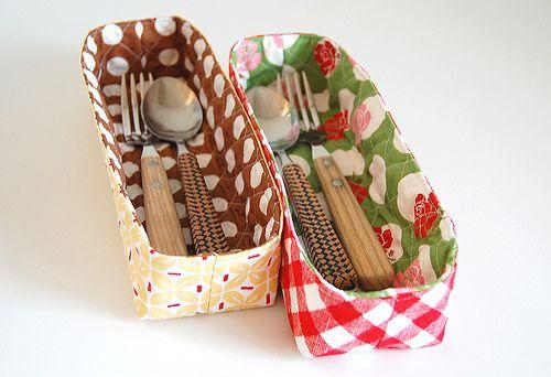 Organizador de talheres com tecido pode ter a cor ou a estampa de sua preferência (Foto: ayumills.blogspot.co.uk)