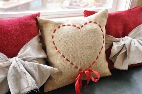 Decorar uma almofada com fita é muito fácil e você faz o trabalho rapidinho (Foto: yourhomebasedmom.com)