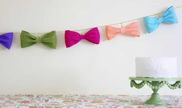É muito fácil fazer laço de papel crepom (Foto: theflairexchange.com)