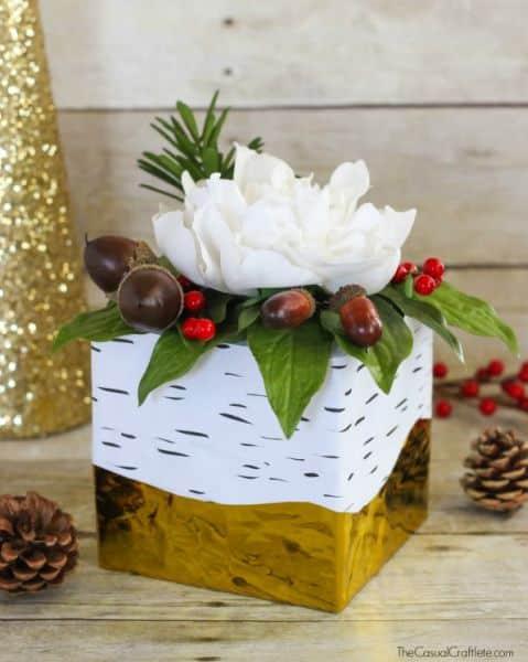 É muito fácil conseguir um centro de mesa natalino gastando pouco (Foto: thecasualcraftlete.com)