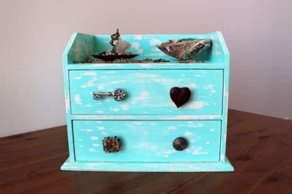 Comece já a decorar um gaveteiro e renove a sua decoração (Foto: brit.co)