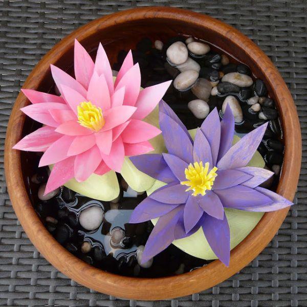 Faça muito deste artesanato com garrafa de iogurte, que resulta em uma linda flor (Foto: blissbloomblog.com)