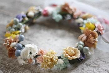 Tiara de flores pode ser usada em várias ocasiões (Foto: jewelboxballerina.com)