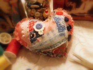 Este artesanato com retalhos de tecido é delicado e sempre faz o maior sucesso onde aparece (Foto: mamaslittletreasures.com)
