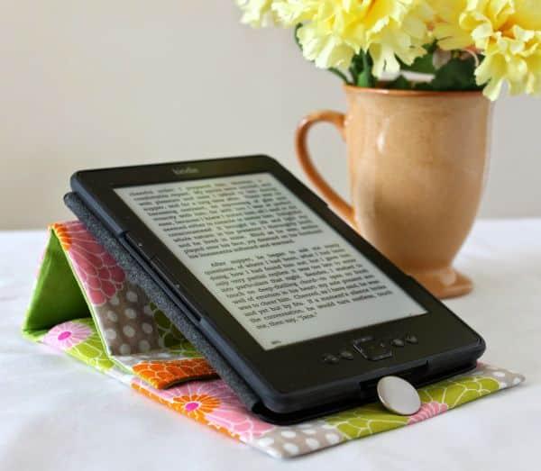 Capa dobrável para tablet é prática, útil e linda e você pode fazer em casa (Foto: theinspiredwren.blogspot.com.br)