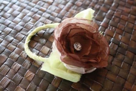 Esta flor para porta-guardanapo pode ter o estilo que mais se adequar com a decoração pretendida para a mesa (Foto: jewelboxballerina.com)