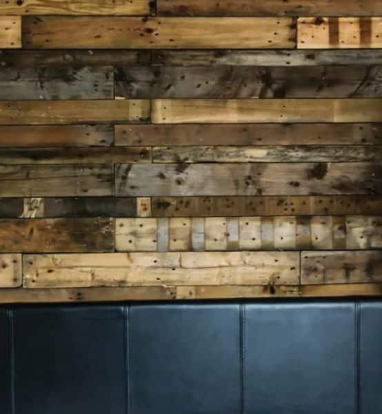 Parede decorada com pallets é linda e sofistica o cômodo (Foto: diyready.com)