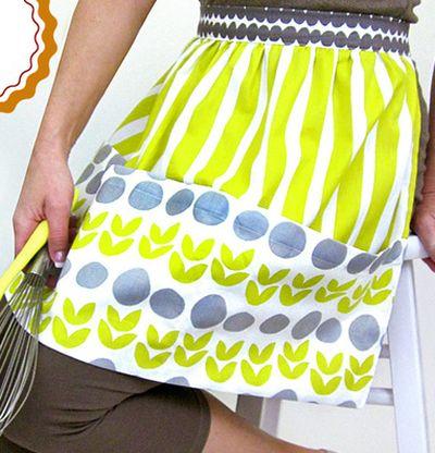 Avental de tecido protege as roupas e ainda decora a cozinha, quando pendurado na parede (Foto: sew4home.com)