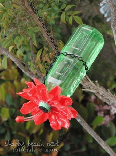 Este sustentável bebedouro para beija-flor também decora de forma delicada (Foto: shabbybeachnest.com)