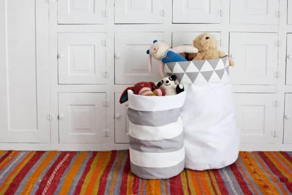 Este organizador de brinquedos de tecido pode ter a combinação de tecido que você quiser (Foto: abeautifulmess.com)