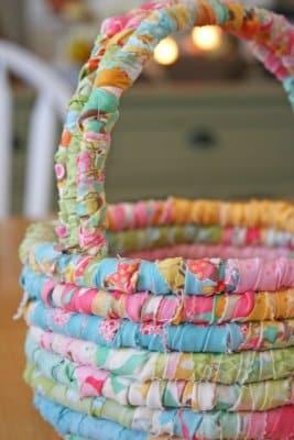 Faça esta cestinha de tecido para incrementar os seus produtos, caso você comercialize itens de Páscoa (Foto: modabakeshop.com)