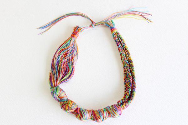 Faça agora um colar de linhas para você (Foto: molliemakes.com)