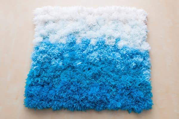 Tapete de pompom de lã pode ter as cores que você desejar (Foto: brit.co)