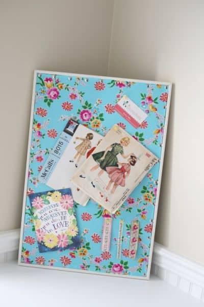 Forrar um painel com tecido é muito fácil e você redecora o seu espaço de trabalho ou de estudos (Foto: thecottagemama.com)
