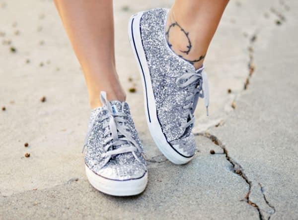 Personalizar tênis com glitter é muito fácil (Foto: lovemaegan.com)