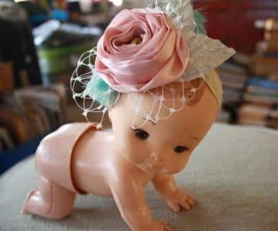 Faça muitos deste lindo e fofo enfeite de cabelo para bebê com flores (Foto: jewelboxballerina.com)