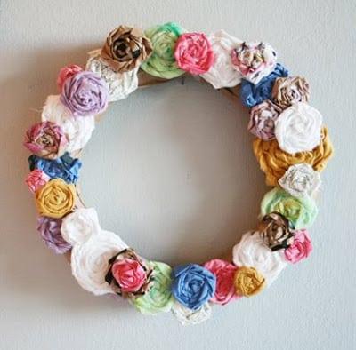Guirlanda de rosas é linda e pode ser barata, se você já possuir tecido em casa (Foto: alisaburke.blogspot.com.br)