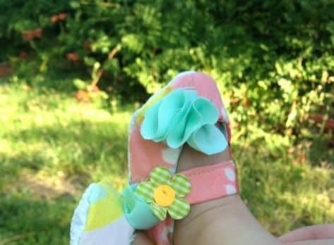 Não é tão difícil fazer este sapatinho de bebê em tecido (Foto: thestitchingscientist.com)