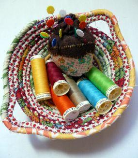 Esta cesta com restos de tecido é linda e sustentável (Foto: craftstylish.com)
