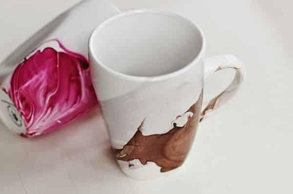 Personalizar caneca de porcelana pode também ser divertido (Foto: poppytalk.com)