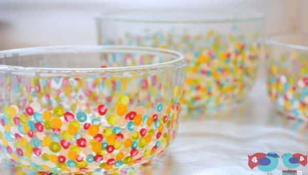 Pintura com efeito colorida em vidros renova até peças bem velhinhas (Foto: thelovenerds.com)