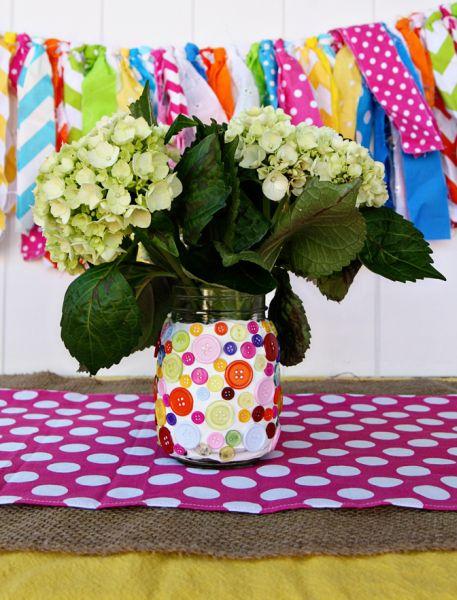 Pote decorado com botões pode também receber outros enfeites, além das flores (Foto: seevanessacraft.com)