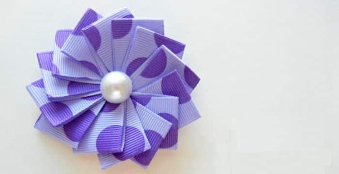 Fazer esta flor com fita fácil é também muito divertido (Foto: theribbonretreat.com)