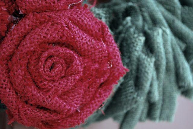 Flor de juta é linda e pode também possuir a cor original da juta, além de ser colorida (Foto: craftaholicsanonymous.net)