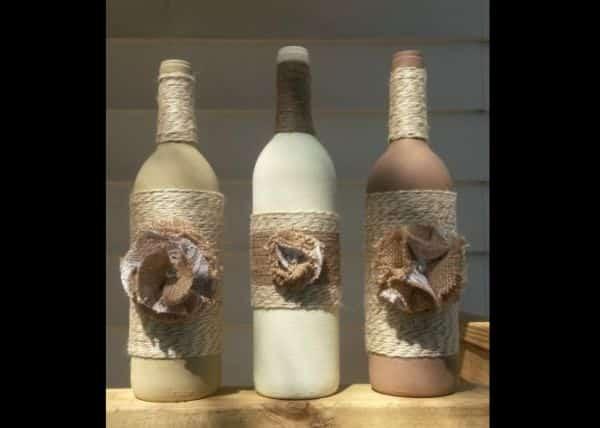 garrafa com pintura e juta