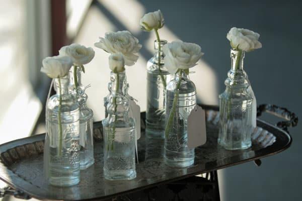 garrafa com flores na decoração